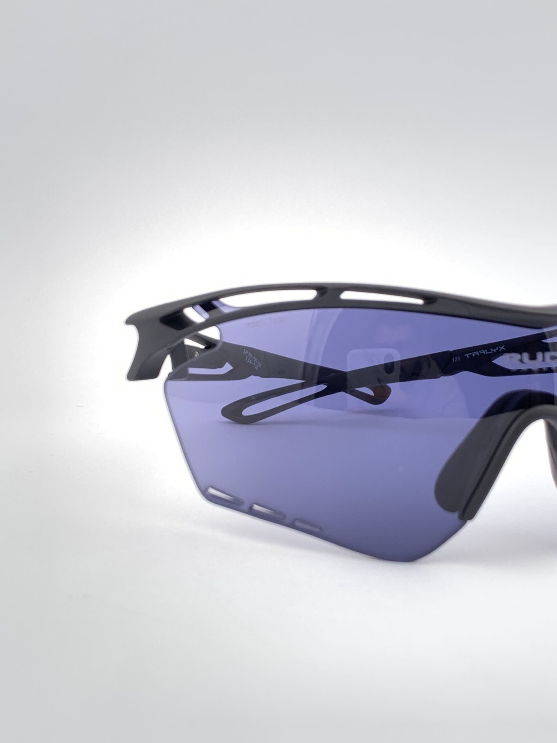 Cyklistické okuliare Tralyx čierne detail zatmavené